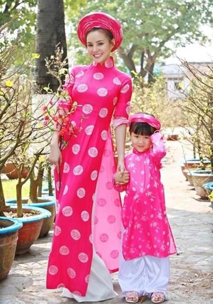 May áo dài xưa trên nhiều chất liệu phù hợp mọi lứa tuổi