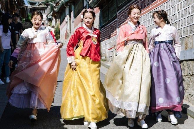 Nhiều người yêu thích trang phục Hanbok cung đình từ các bộ phim Hàn Quốc